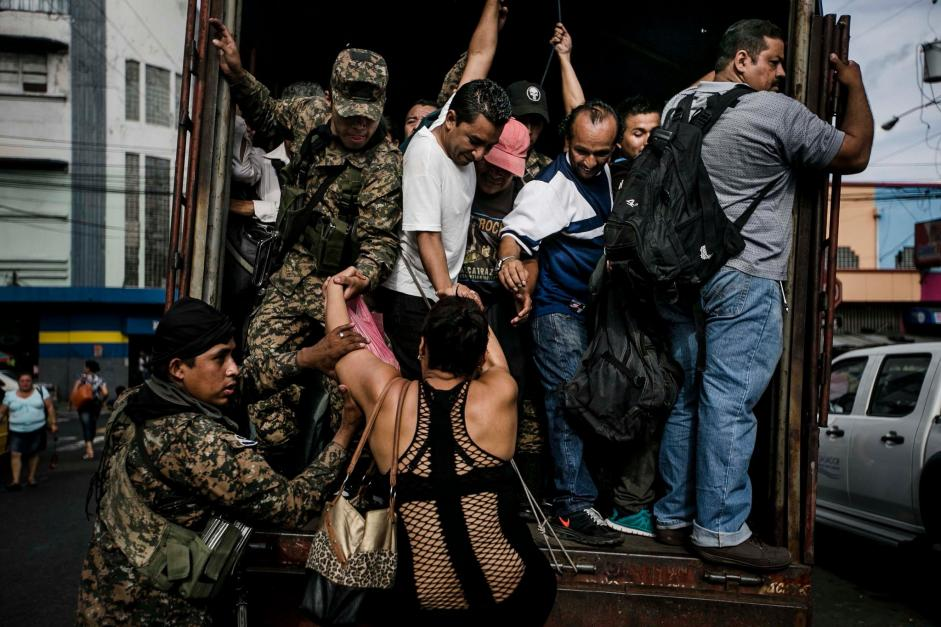 Soldiers transporting civilians in San Salvador in July 2015 after gangs ordered a bus strike. Fred Ramos/El Faro for The New York Times