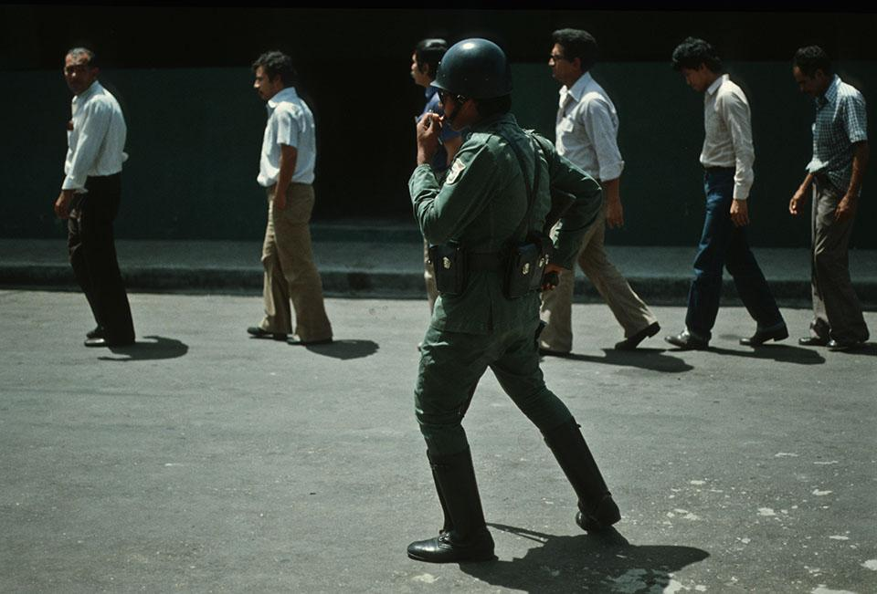 1982. Un grupo de maestros capturados son presentados a la prensa en San Salvador. El fotoperiodista Giovanni Palazzo se reencontró con algunas personas viviendo en la clandestinidad. También se encontró a algunos de ellos cuando logró entrar a tomar fotos al Centro Penal La Esperanza, mejor conocido como penal de Mariona.