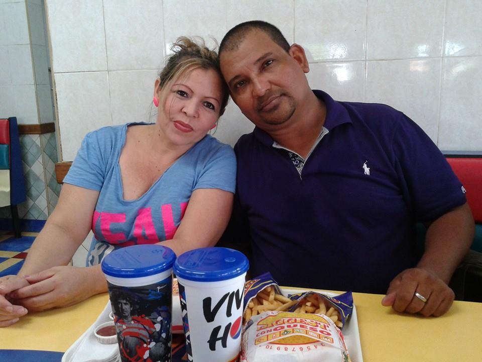 Saidra Hernández y Óscar Mejía posan para la cámara y para sus hijos en un restaurante de cómida rápida. Esta es una de las últimas imágenes de la pareja, semanas antes de ser asesinados por agentes de la Policía en La Paz.